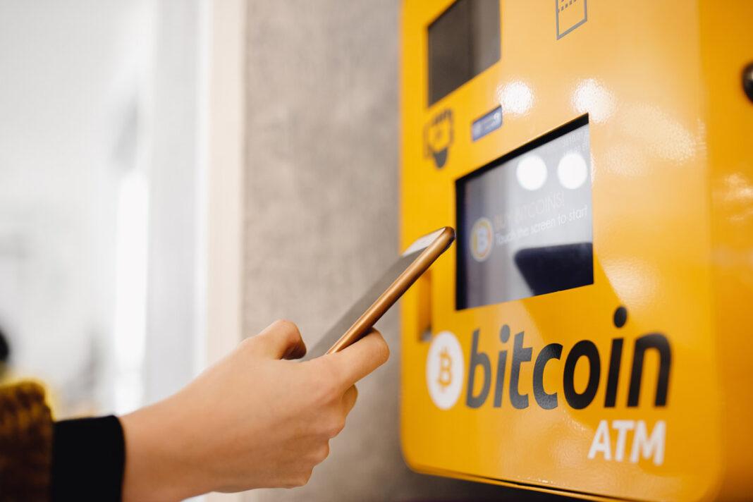 Le-Salvador-inaugure-son-premier-distributeur-de-Bitcoins---AdobeStock_239572770